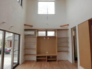 木製ドアが暖かく迎えてくれるスタイリッシュな家 M邸_サンプル画像01