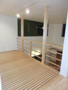 木製ドアが暖かく迎えてくれるスタイリッシュな家 M邸_サンプル画像02